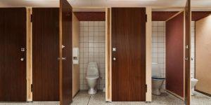 Trik agar nyaman buang air besar di wc umum